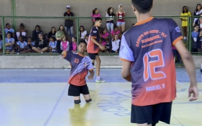 Atleta com pernas amputadas ganha ouro com equipe de Handebol em Minas Gerais